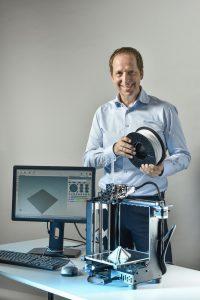 Vorstand Alexander Hofer präsentiert die neueste Entwicklung von Chemson - das 3D Vinyl™-Filament. Mit dem Filament macht Chemson den Werkstoff PVC nun auch für den 3D-Druck verfügbar. Die Formulierung eignet sich besonders für den Druck von Stützstrukturen und somit für die Produktion von Prototypen und Endbauteilen. | Foto: Chemson