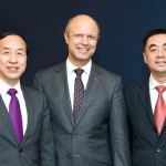Freuen sich über den Vertrag zum Eigentümerwechsel der KraussMaffei Gruppe: Ting Cai, Chairman und CEO der China National Chemical Equipment Co. Ltd. (CNCE), Dr. Frank Stieler, CEO der KraussMaffei Gruppe, und Chen Junwei, CEO von ChemChina Finance Co. Ltd. | Foto: KrausMaffei