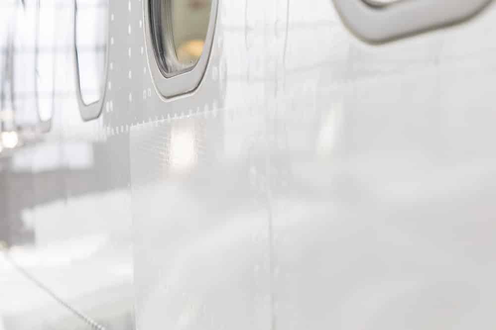 Sharkskin Technologie: Flugzeug Außenfläche ohne (links) und mit (rechts) Riblet-Oberfläche | Foto:  Lufthansa Technik AG / Sonja Brueggemann