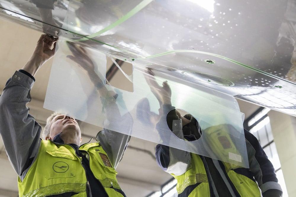 Bestimmte Bereiche, zb. um Sensoren, werden nicht von Sharkskin bedeckt. | Foto: Lufthansa Technik AG / Sonja Brueggemann