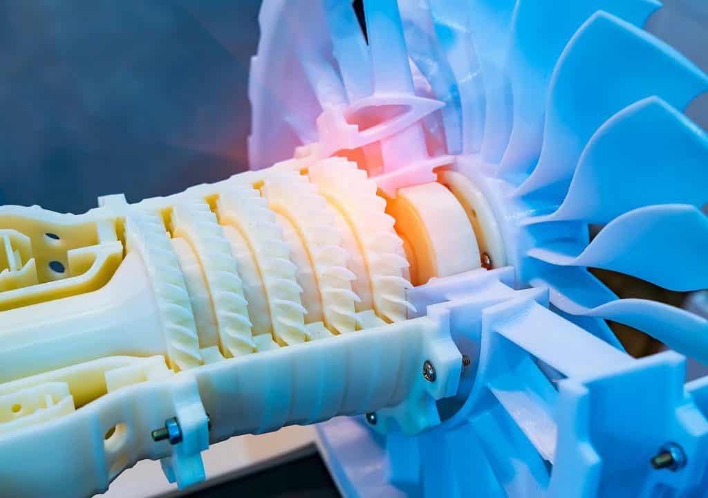 23 Prozent des weltweiten Energieverbrauchs können auf Reibungsverluste zurückgeführt werden. Bauteile mit reduzierter Reibung stellen daher einen wichtigen Beitrag dar, um Ressourcen zu schonen und Klimaschutzziele zu erreichen. Bei Kunststoffen kann geringere Reibung auch Mikroplastik in der Umwelt reduzieren. Mit der Entwicklung schmierstoffgefüllter Mikrokapseln für Kunststoffe unterstützen das Potsdamer Fraunhofer-Institut für Angewandte Polymerforschung IAP und das Kunststoff-Zentrum SKZ in Würzburg diese Ziele. Ihre selbstschmierenden Kunststoffe erzielen bis zu 85 Prozent weniger Verschleiß. Seit März 2021 wird das erfolgreiche Forschungsvorhaben für zwei Jahre fortgeführt.