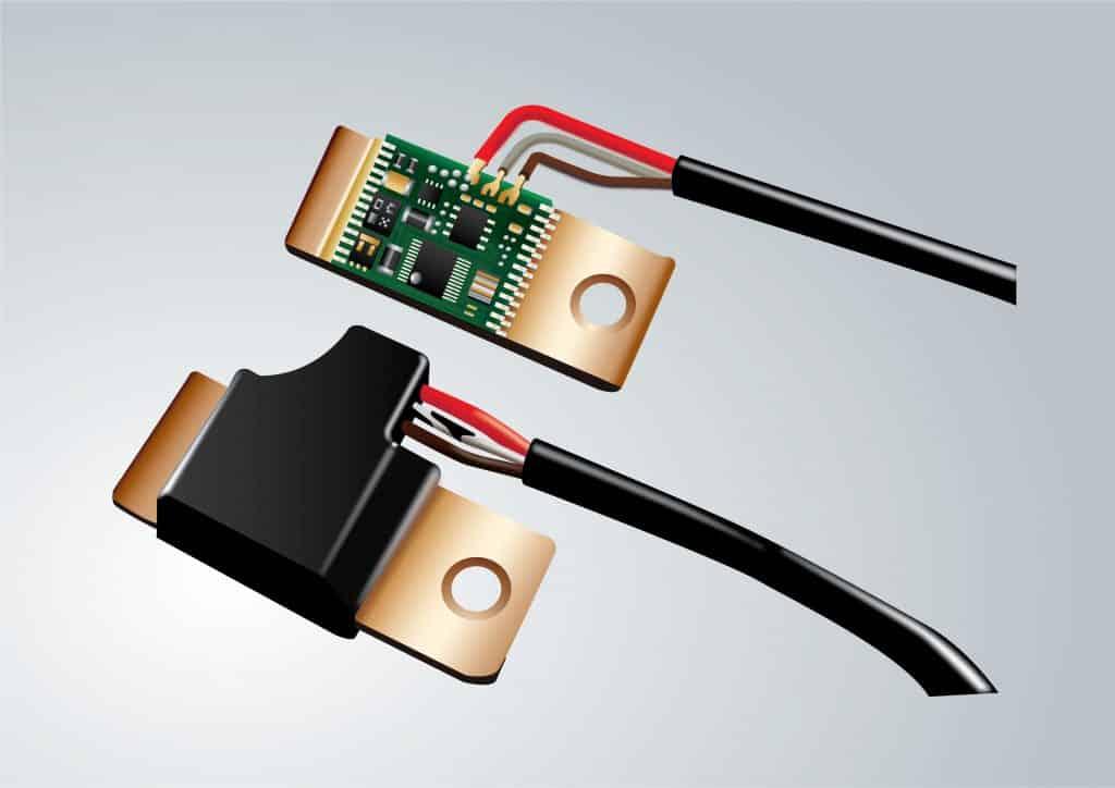Technomelt LPM - Platine für einen Batteriesensor vor und nach dem Niederdruckverguss. Elektronikbauteile werden gegen Feuchtigkeit, chemische Substanzen und hohe Temperaturen geschützt. | Foto: Henkel