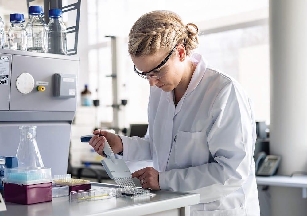 Enzym in Kunststoffen: Bestimmung der enzymatischen Aktivität eines biofunktionalisierten Kunststoffes.   Foto: Fraunhofer IAP