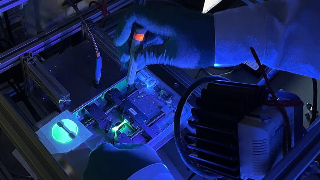 Der entwickelte Farbstoff zeigt Spannungen und deren Stärke in Kunststoffen und Bauteilen an. Ob das funktioniert, wurde in mechanischen Experimenten bei der Verwendung eines Testkörpers mit Kraftfeder untersucht.   Foto: Maximilian Raisch, TU Chemnitz